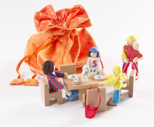 "Story Telling Bag - Dining Table, wooden story starter activity, includes: 1 table, 4 wooden chairs, 5 flexible dolls: 2 children, 1 mother, 1 father, 1 baby, porcelain service, including story text: ""In the morning"". Delivery in a velvet bag. 11 pieces, dimensions: bag: 30 x 35 cm, base Ø 18 cm. Content, material and figures differ depending on the filling."